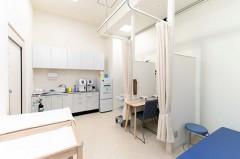処置室血液検査、吸入治療(ネブライザー)、点滴などの処置に対応しています。
